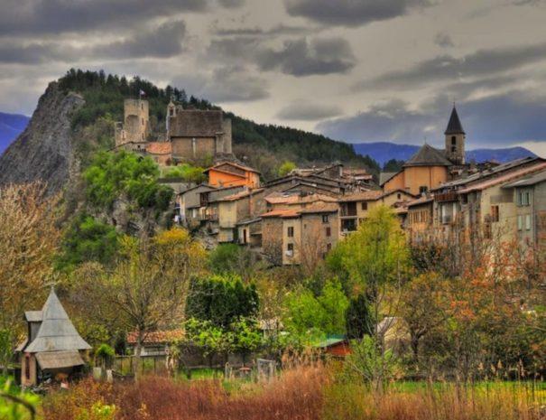 Village de Tallard proche Camping Le Chêne Tallard Hautes-Alpes