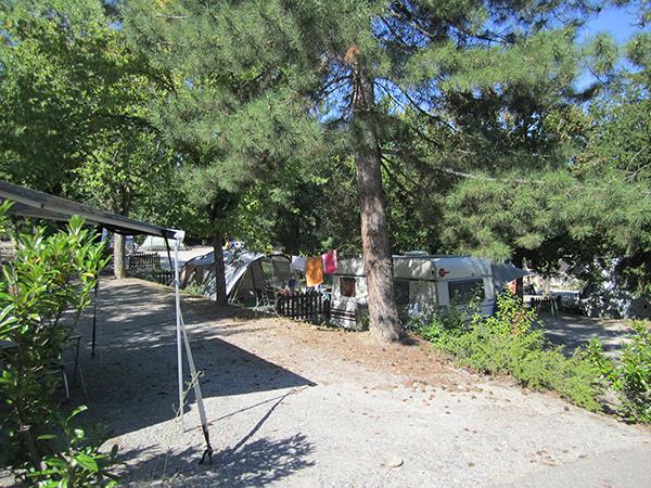Emplacement en terrasse Tente Caravane Camping-car - Camping Le Chêne Tallard - Gap